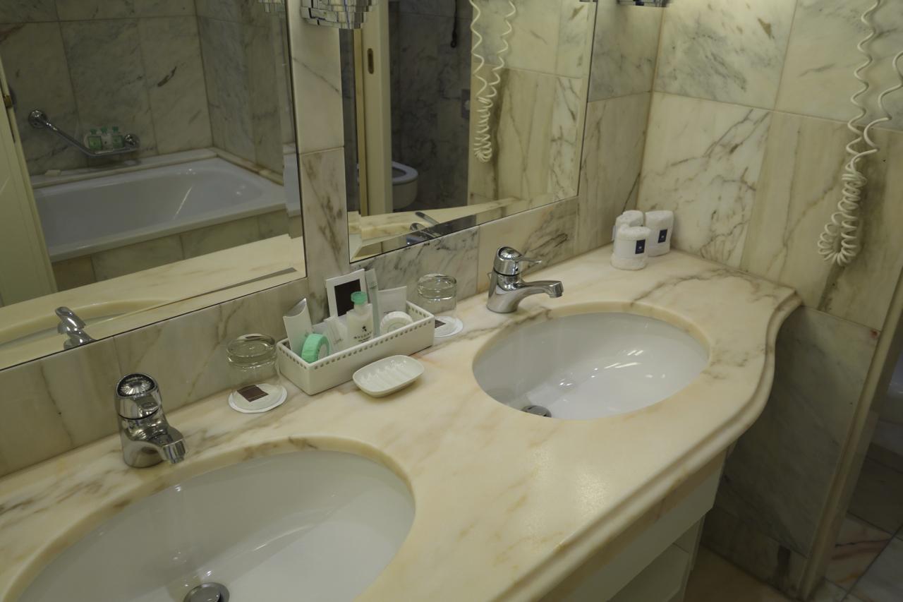 M Hotel Imperial Bathroom