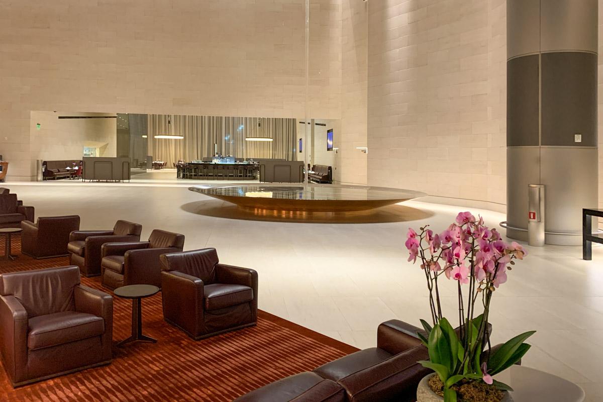 De lounge heeft een groot gedeelte met verschillend soorten zitjes (Bron: InsideFlyer.com)